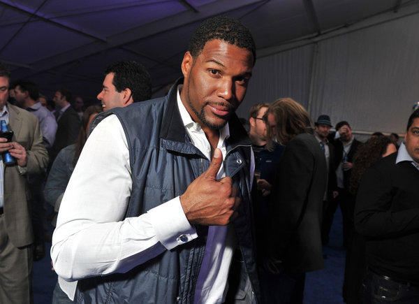 "Michael Strahan will join Kelly Ripa as co-host of ""Live!"" next month, according to a report published Friday in Broadcasting & Cable. A former defensive end for the New York Giants, Strahan has guest-hosted ""Live!"" numerous times and was widely considered one of the leading contenders to fill the void left by Regis Philbin, who retired last November after 28 years on the show.  <br><br> <strong>Full story:</strong> <a href=""http://www.latimes.com/entertainment/tv/showtracker/la-et-st-michael-strahan-live-cohost-kelly-ripa-20120821,0,6596271.story"">Michael Strahan reportedly named 'Live!' co-host</a> 
