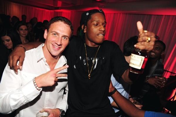 A$AP ROCKY disfrutando de su botella de Hennessy