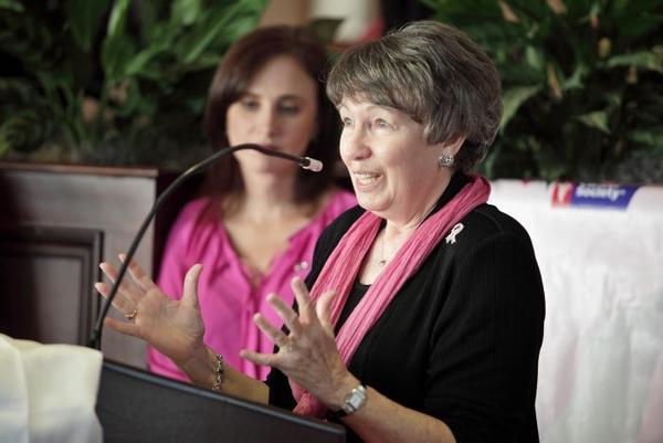 Gail Goodrich junto a la doctora Alejandra Prez, dando su testimonio e invitando a los asistentes a reunir grandes equipos para la caminata contra el cncer al seno en Broward.