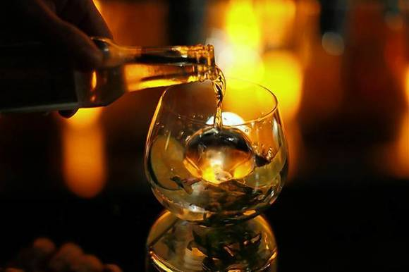 A gin and tonic is mixed at a hotel bar in Beverly Hills, California December 10, 2008. REUTERS/Mario Anzuoni