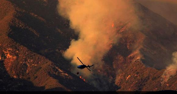 Helicopter fights the Williams fire Sunday afternoon. Credit: Jay L. Clendenin/Los Angeles Times