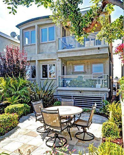 Daytime talk-show host and football analyst Michael Strahan and his fiancee, former model Nicole Murphy, have put a town house in Hermosa Beach up for sale.