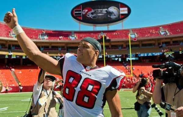 Atlanta Falcons tight end Tony Gonzalez acknowledges the fans at Arrowhead Stadium after the Falcons' 40-24 win over the Kansas City Chiefs in Kansas City, Mo.
