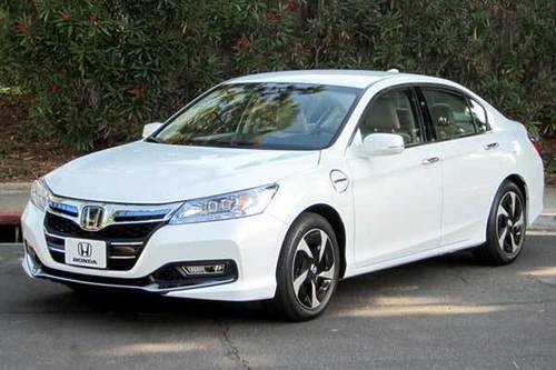 Honda might want to forget its Accord Hybrid from the mid-2000s, which eked out just 22/31 mpg (city/highway) in adjusted 2006 EPA figures. Two generations of Accords later, the Accord Hybrid is back, this time based on the redesigned Accord.
