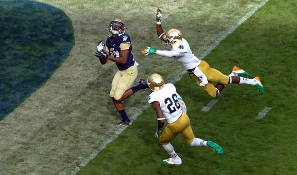 Shawn Lynch catches a pass for a touchdown as Notre Dame's Austin Collinsworth (28) and KeiVarae Russell (6) defend.