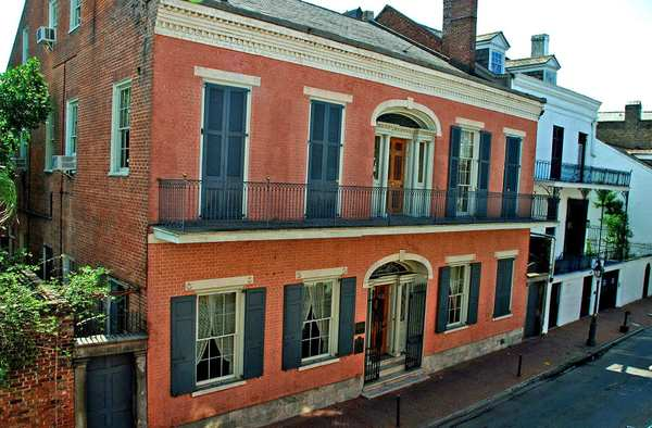 The Hermann-Grima House is an 1831 Federal-style brick mansion in New Orleans' French Quarter.