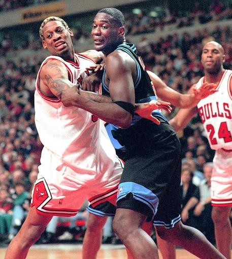 Bulls forward Dennis Rodman and Cleveland forward Shawn Kemp battle for position in 1998.