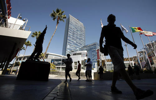 "The 90-degree-plus temperatures in downtown Los Angeles on Sunday were brutal on the red carpet outside the Nokia Theatre, with one attendee collapsing and having to be carried off in a wheelchair. Never one to let a semi-serious moment get turned into mindless entertainment blather, KABC-TV Channel 7 pre-show co-host Rachel Smith lusted after one of the firemen. <style type=""text/css"">