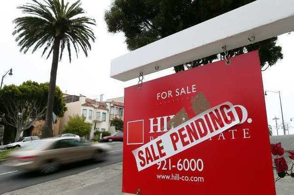 Pending home sales dipped in August from their two-year high in July, according to the National Assn. of Realtors.