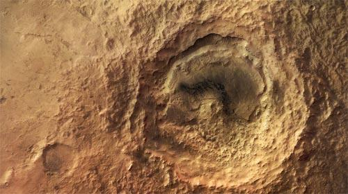 Named after the british astronomer Edward W. Maunder, is located halfway between Argyre Planitia and Hellas Planitia on the southern highlands of Mars.