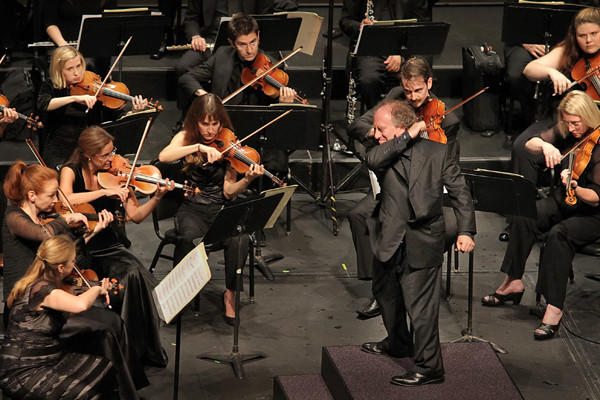 Jeffery Kahane conducts the Los Angeles Chamber Orchestra's concert.