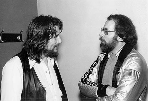 "<a class=""taxInlineTagLink"" id=""PECLB002583"" title=""Waylon Jennings"" href=""/topic/entertainment/music/waylon-jennings-PECLB002583.topic"">Waylon Jennings</a> and Robert Hilburn chat in the late 1970s."
