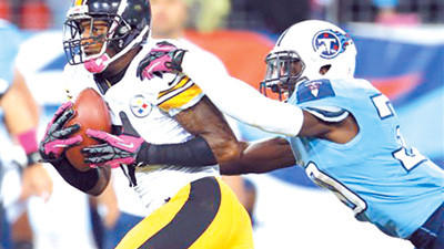 Pittsburgh Steelers wide receiver Mike Wallace, left, hauls in a catch for a touchdown as Tennessee Titans cornerback Jason McCourty defends during the first half of an NFL football game Thursday in Nashville, Tenn.
