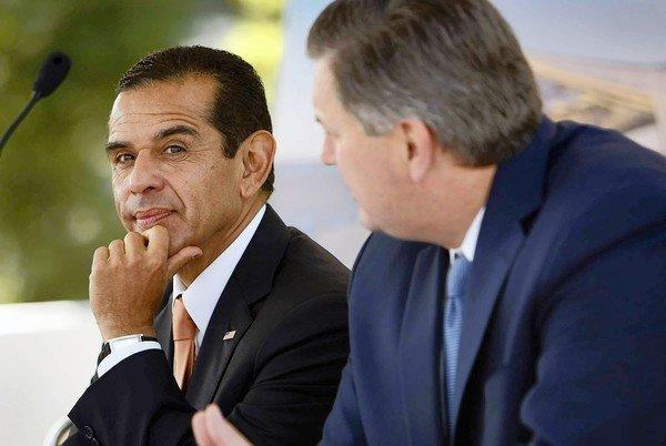Los Angeles Mayor Antonio Villaraigosa, left, says city-issued ID cards would help immigrants open bank accounts and avoid becoming targets of crime.