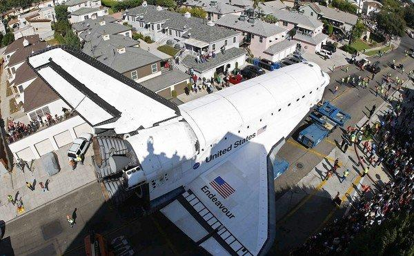 Endeavour squeezes past homes on Crenshaw Drive, the narrowest street on the shuttle's trip.