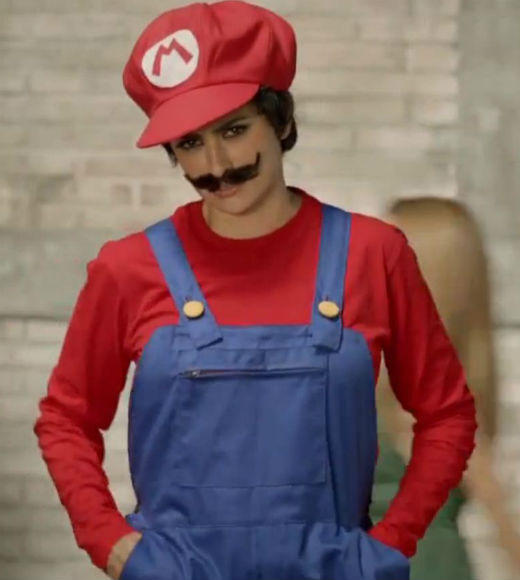 She won an Oscar, but she lost a bet with her sister -- which is why actress Penelope Cruz is dressed as Mario and asking for mushrooms in this ad for Nintendo 3DS