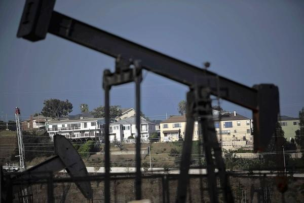 Homes in the Windsor Hills and the nearby Inglewood Oil Field make for uneasy neighbors. A report found that fracking at the oil field did not have significant effects on the environment.