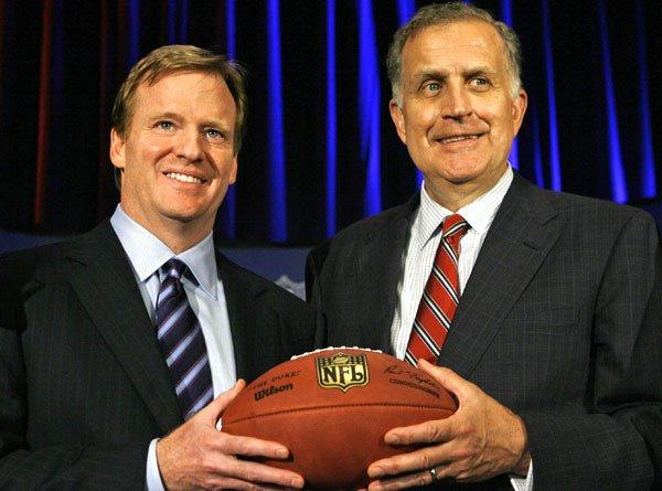 Former NFL commissioner Paul Tagliabue, right, hands off to incoming Commissioner Roger Goodell in 2006.
