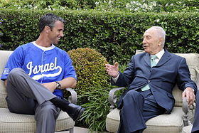 Brad Ausmus, seen here meeting with President of Israel Shimon Peres, has the Yankee ties the Marlins seem to prefer