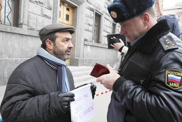 Writer Viktor Shenderovich speaks to a Russian police officer outside the Federal Security Service, the successor agency to the KGB. Shenderovich was demonstrating in response to an activist's reported kidnapping and torture.