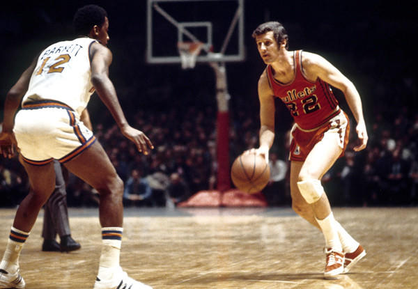 Bullets guard Kevin Loughery dribbles up against New York Knicks guard Dick Barnett during a 1971 game at Madison Square Garden.
