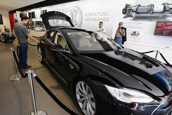 Tesla is steering clear of traditional auto rows and opening stores in upscale shopping areas, including the Third Street Promenade in Santa Monica.
