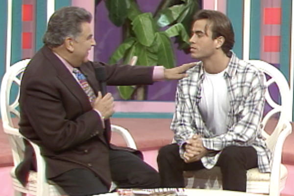 "Spanish singer and actor Enrique Iglesias with Don Francisco on ""Sábado Gigante"" in 1995."