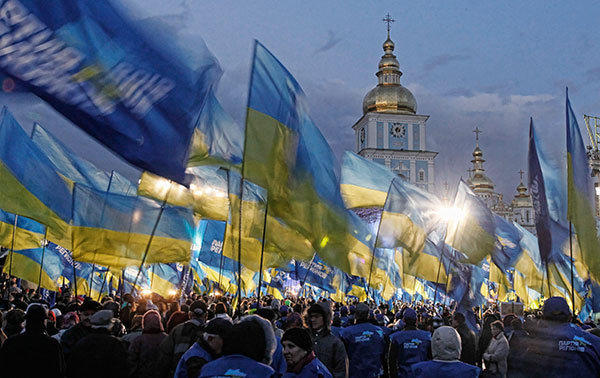 Supporters of the pro-President Yanukovich Regions Party attend a pre-election rally in Kiev October 26, 2012. Ukraine will elect a new parliament on October 28.