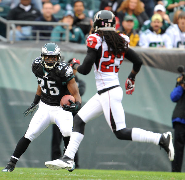 Philadelphia Eagles running back LeSean McCoy (25) runs the ball as Atlanta Falcons cornerback Dunta Robinson (23) attempts to make the tackle at Lincoln Financial Field in Philadelphia on Sunday.
