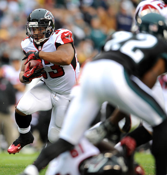 Atlanta Falcons running back Michael Turner (33) looks for an opening at Lincoln Financial Field in Philadelphia on Sunday.