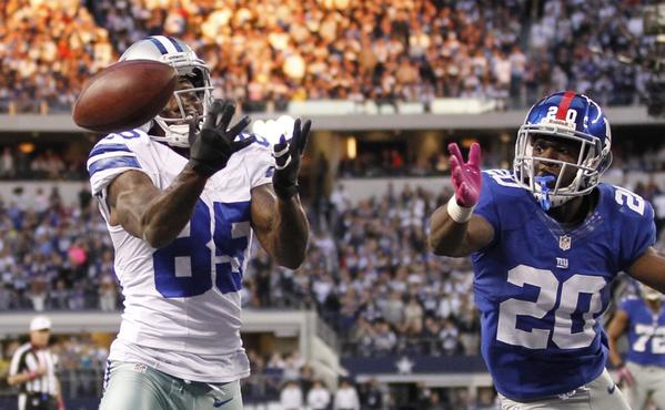Dallas Cowboys wide receiver Kevin Ogletree is unable to hold on to the ball late in the fourth quarter as New York Giants corner back Prince Amukamara defends in their NFL football game in Arlington, Texas October 28, 2012.