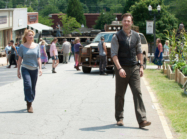 The Governor (David Morrissey) and Andrea (Laurie Holden) walk around Woodbury.