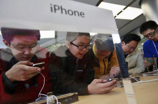 Chinese customers check out the iPhone 4S in the newly opened Apple Store in Wangfujing shopping district in Beijing.