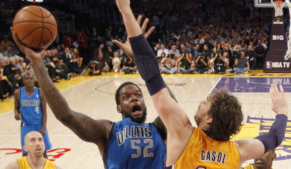 Dallas center Eddy Curry dropped seven points in 17 minutes to help the Mavericks upset the Lakers on Tuesday night.
