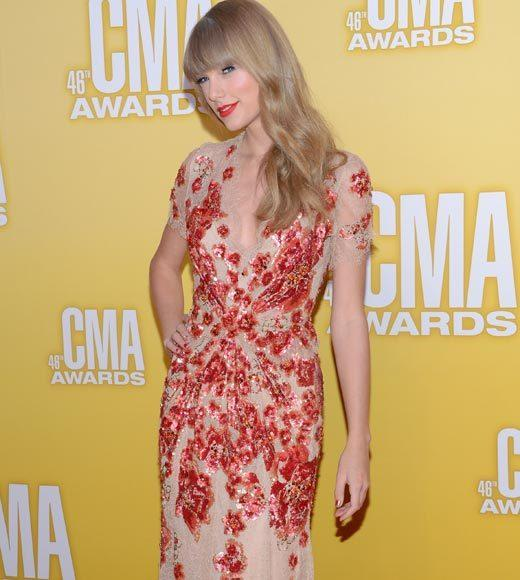 2012 CMA Awards red carpet arrival pics: Taylor Swift