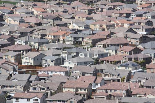 The real estate investment firm Colony Capital has won an auction by the federal government to buy 970 foreclosed homes in California, Arizona and Nevada.