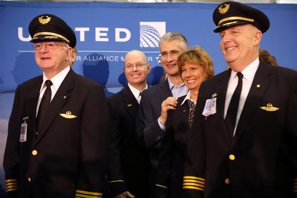 United Airlines CEO Jeff Smisek (center) lines up for photos with the pilots and crew prior to United Airlines' inaugural flight of the Boeing 787 Dreamliner from George Bush Intercontinental Airport Sunday. The new fuel-efficient plane is constructed of carbon fiber and has a host of amenities including improved lighting, bigger windows, larger overhead bins and enhanced ventilation systems.  (MICHAEL TERCHA/Chicago Tribune) B582478518Z.1 - ct-biz-1105-787-dreamliner  ....OUTSIDE TRIBUNE CO.- NO MAGS,  NO SALES, NO INTERNET, NO TV, CHICAGO OUT, NO DIGITAL MANIPULATION...