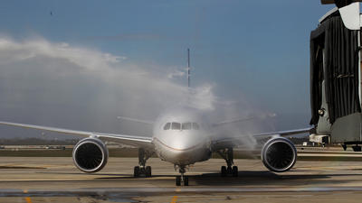 The Boeing 787 Dreamliner made it inaugural U.S. flight, from Houston to Chicago, on Sunday.