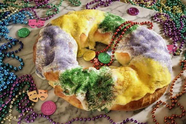 "This <a href=""http://www.latimes.com/features/food/la-fo-kingcakerecipe-20120216,0,6165094.story"">recipe</a> for Mardi Gras King Cake has a cream cheese and apple filling."
