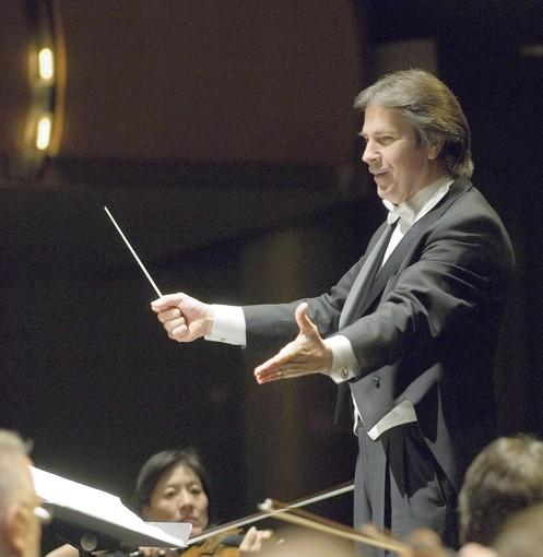 Alan Heatherington leads the Ars Viva Symphony Orchestra in 2009.