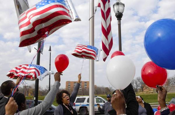 Iraq War veteran Meosha Thomas organizes a balloon release Friday in honor of veterans outside Kennedy-King College in Chicago.