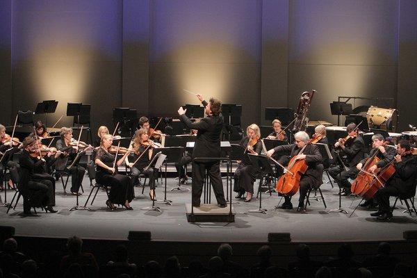 Benjamin Wallfisch conducts the Los Angeles Chamber Orchestra.