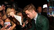 Kristen Stewart and Robert Pattinson walk 'Twilight' red carpet