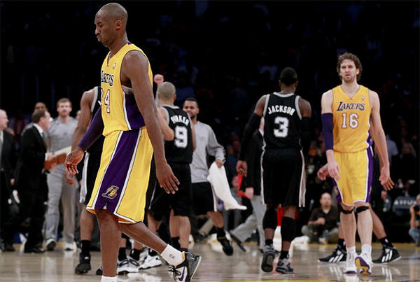 Kobe Bryant walks to the bench after the Spurs' Danny Green hit a go-ahead three-pointer late in the game.