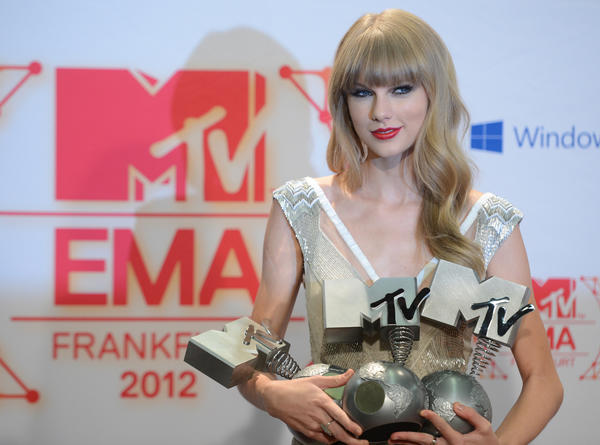 "Taylor Swift, who won three European MTV Awards over the weekend, remains at No. 1 in the U.S. for a third week with her album ""Red."""