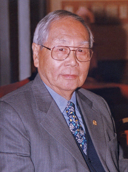 Wilbur K. Woo, a banker and produce merchant who first immigrated to Los Angeles in 1921, when he was 5, and decades later became an influential leader of the city's Chinese-American community, has died. He was 96.