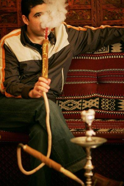 Public health experts say in a new report that more must be done to curb teenage hookah smoking.