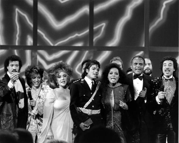 "Lionel Richie, Sheila E., Elizabeth Taylor, Michael Jackson, Diana Ross, Harry Belafonte and Smokey Robinson sing ""We Are the World"" at the 1986 AMAs."