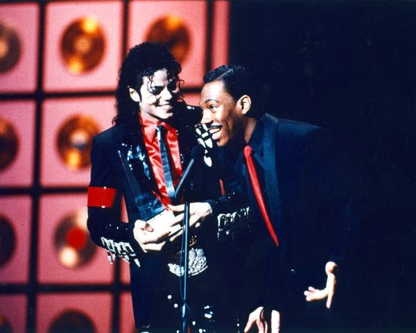 Eddie Murphy presents Michael Jackson with the award of achievement at the 1989 AMAs.