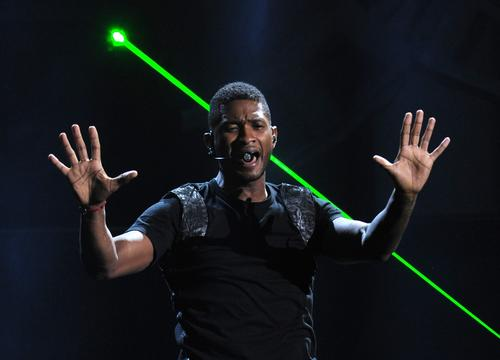 Usher kicked off the 2012 American Music Awards' 40th-anniversary show by performing a medley of his popular songs at the Nokia Theatre in Los Angeles on Sunday, Nov. 18.